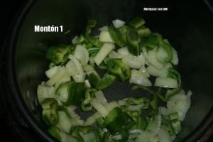 La cebolla y el pimiento rehogandose en Menú Plancha