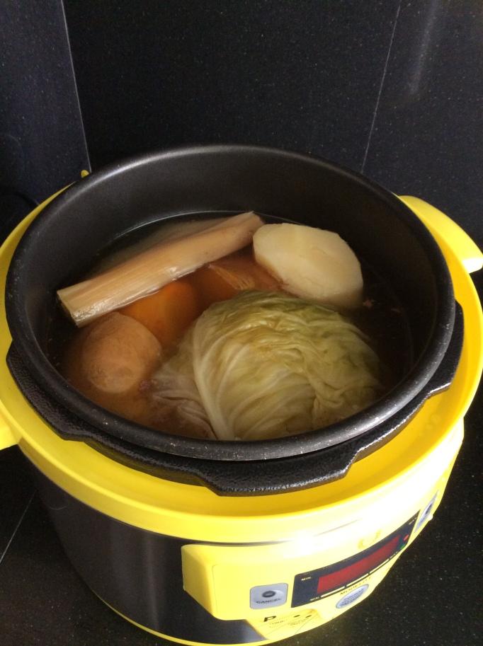 Mi nueva olla amarilla preparando un pucherito argentino