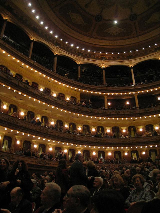 El Teatro Avenida de Buenos Aires, tradicional sede de compañias españolas de zarzuela y opera