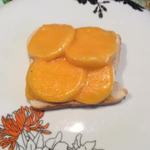 Primera rebanada con el fiambre de pavo y el queso cheddar