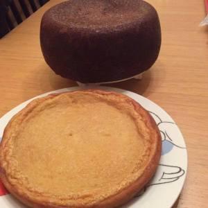 Foto de Begoña Granada Bodegon de tarta y bizcocho para una tarde de merienda en familia